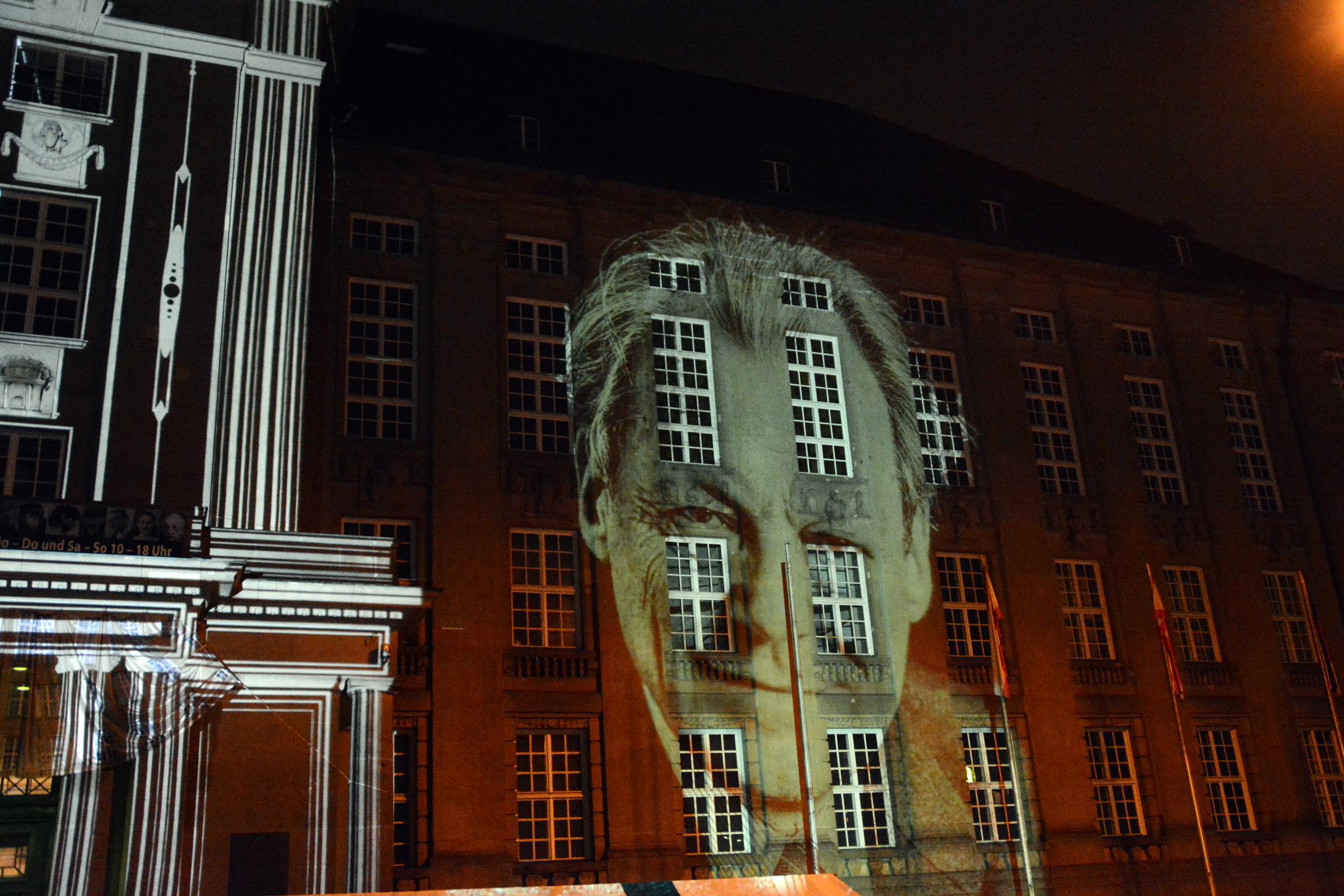 Rathaus Schöneberg mit Projektion von Willy Brandt. Foto: Ulrich Horb