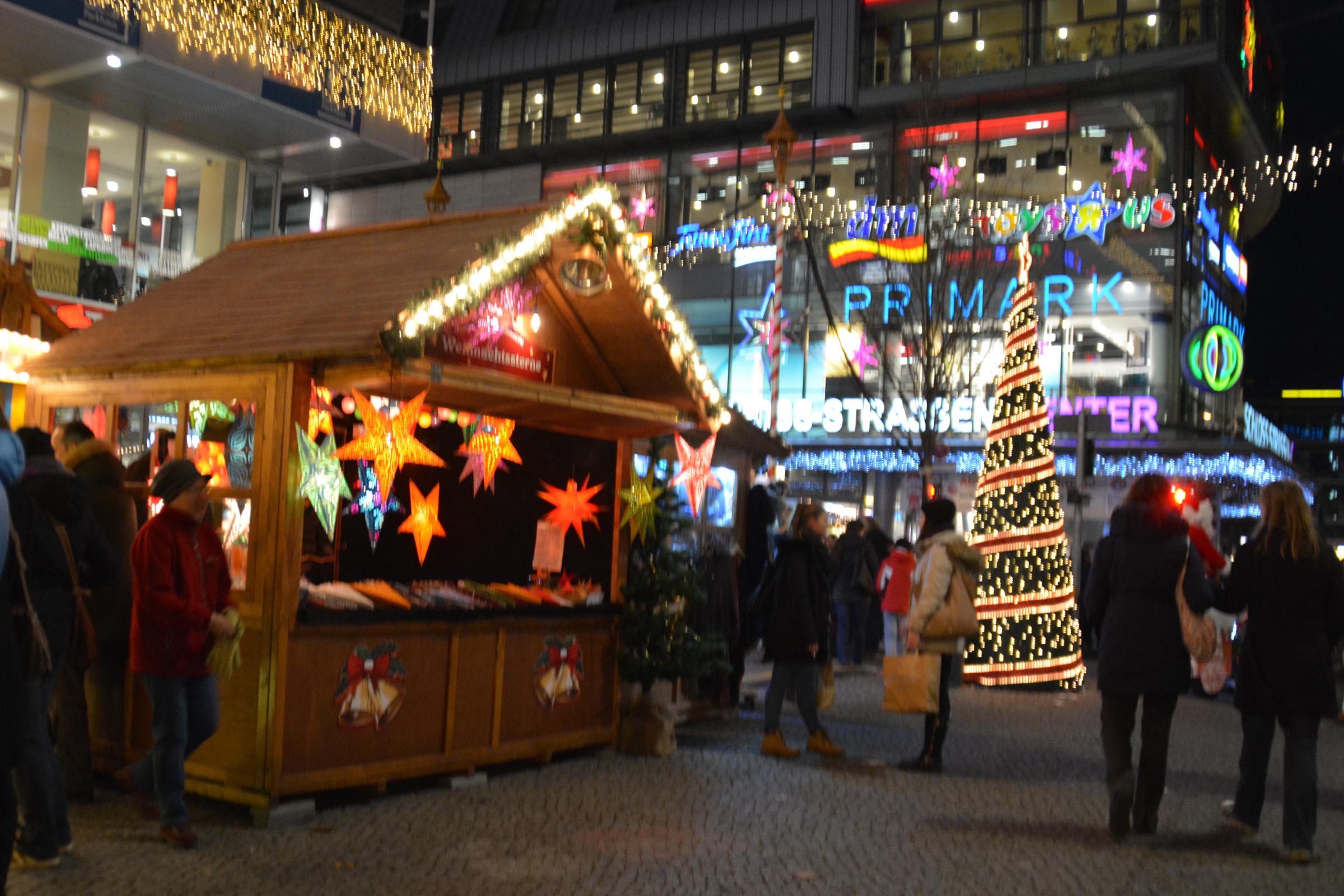 Weihnachtsmarkt in der Steglitzer Schloßstraße. Foto: Ulrich Horb