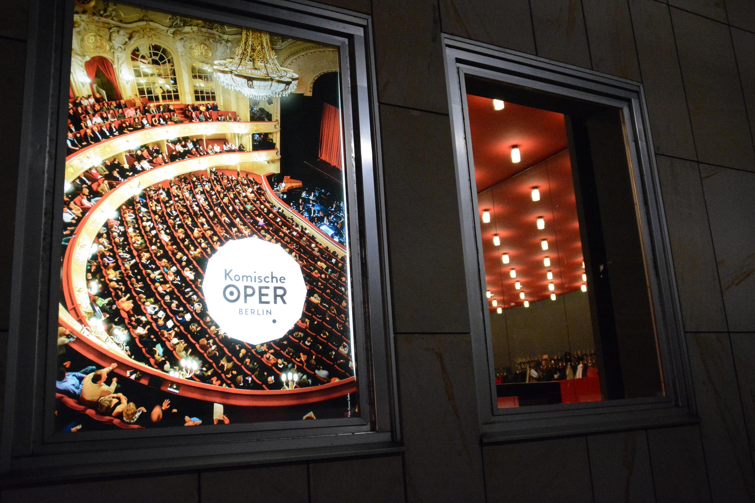 Schaukasten der Komischen Oper Berlin. Foto: Ulrich Horb
