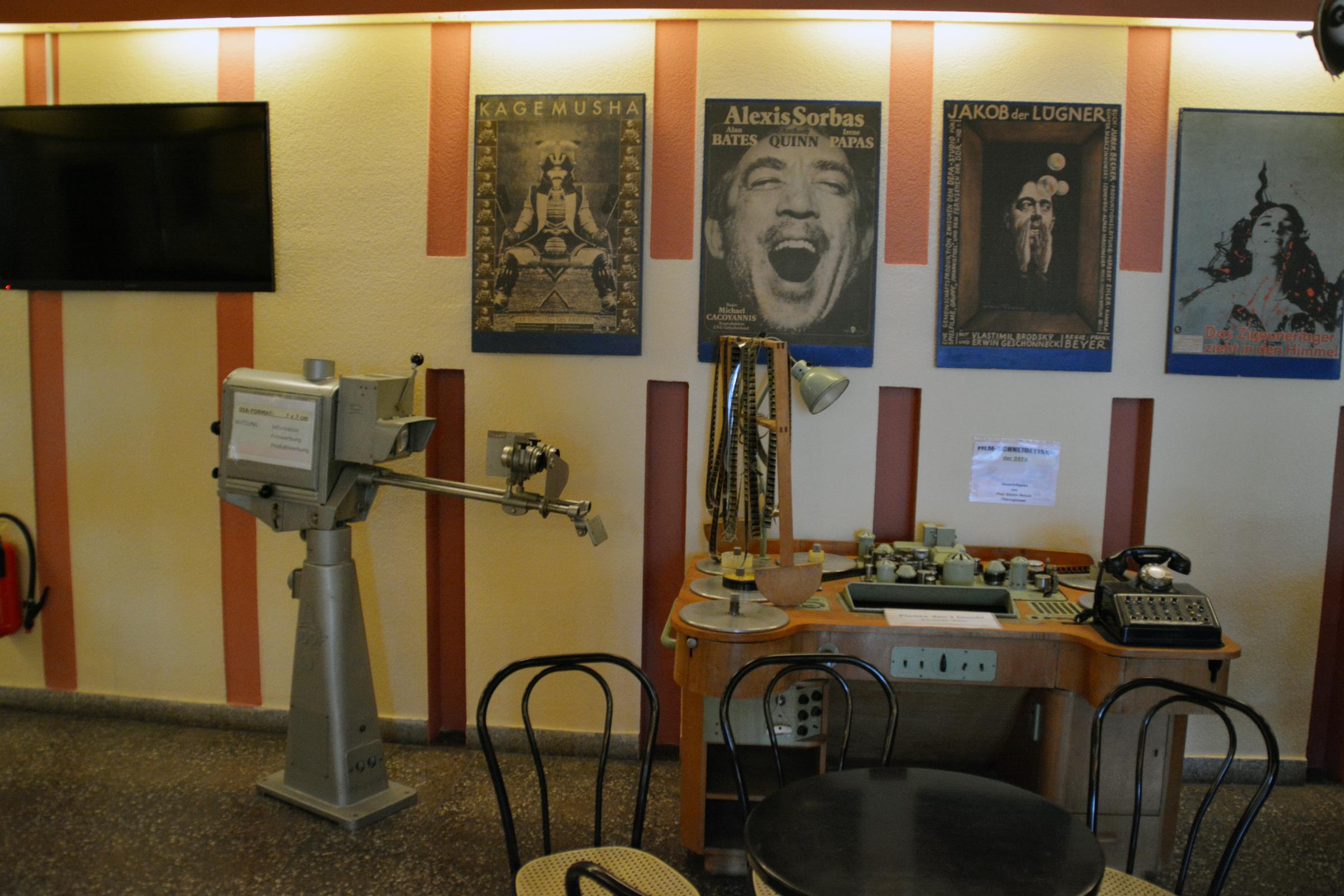 Alte Filmtechnik im Foyer des Kinos. Foto: Ulrich Horb