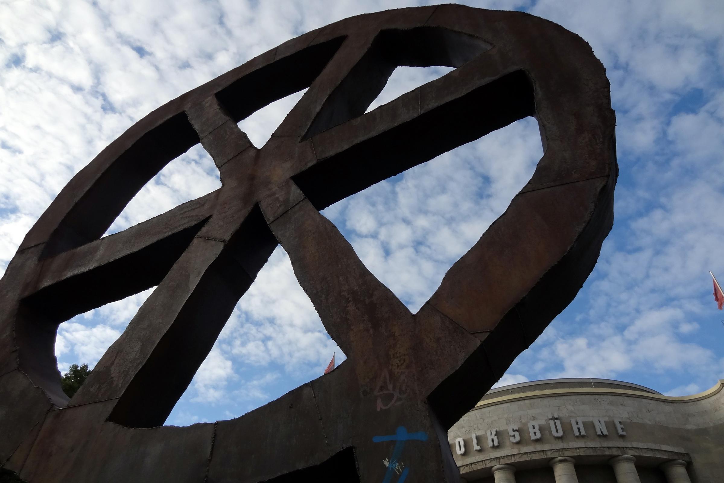 Volksbühnen-Symbol am Rosa-Luxemburg-Platz. Foto: Ulrich Horb