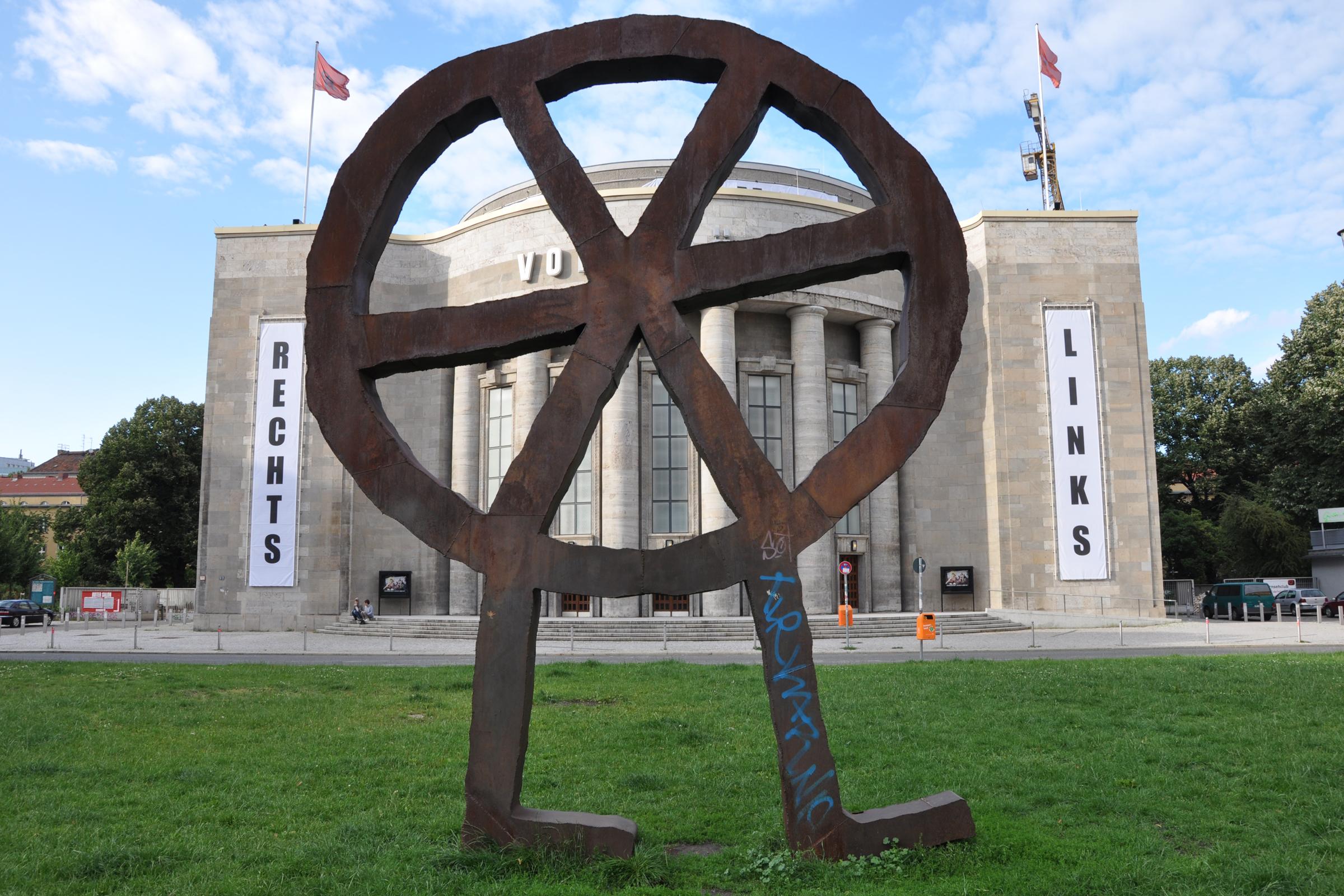 Volksbühne am Rosa-Luxemburg-Platz (mit Volksbühnen-Symbol). Foto: Ulrich Horb