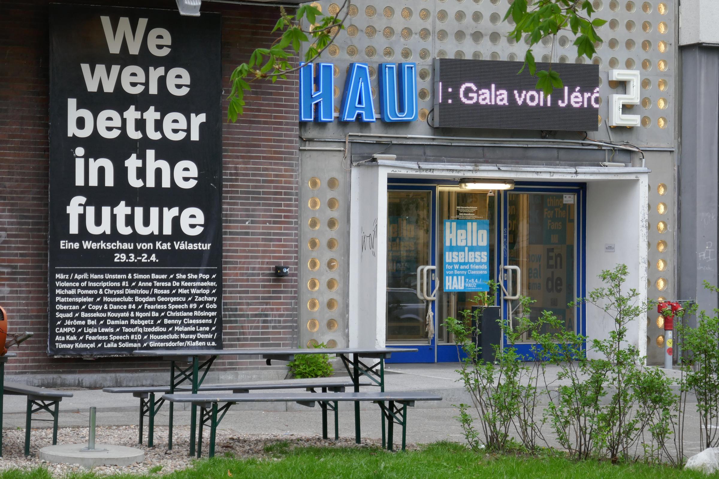 Eingang zum HAU 2. Foto: Ulrich Horb