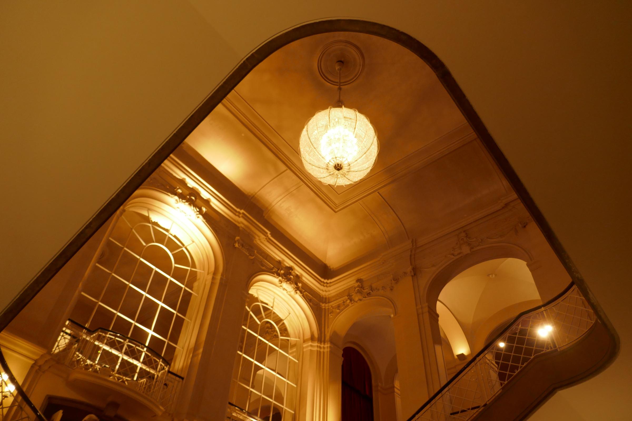 Komische Oper in der Behrenstraße, Treppe zum Foyer. Foto: Ulrich Horb