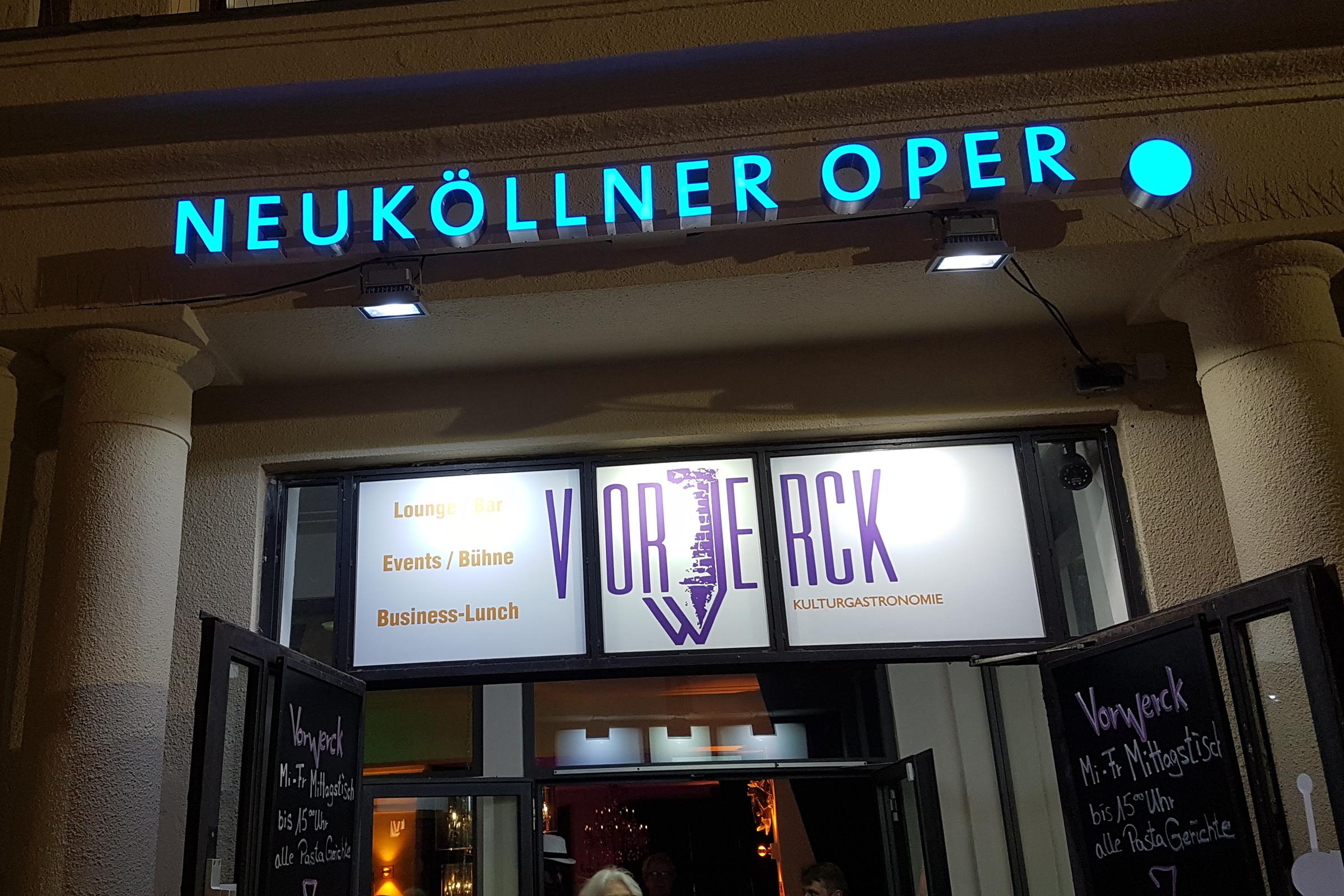 Eingang zum Restaurant Vorwerck und der Neuköllner Oper. Foto: Ulrich Horb